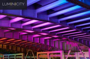 LA CONSTRUCTION DU PONT ÉCLAIRÉ AVEC COLORFULLY RGBW LED LUMINAIRES DE SPOTS EXTÉRIEURS